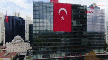 İstanbul Maslak'ta gökdelenler kırmızı-beyaz