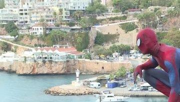 """Antalyalılar sokaklarda dolaşan """"Örümcek Adam""""ı sevdi"""