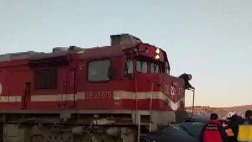 Tren, hemzemin geçitte otomobile çarptı: 3 yaralı