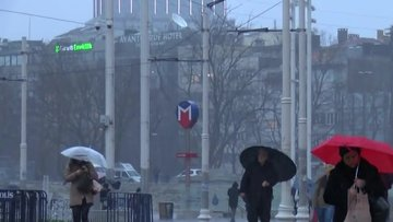 Taksim'de olan rüzgar ve yağış şemsiyelere zor anlar yaşattı