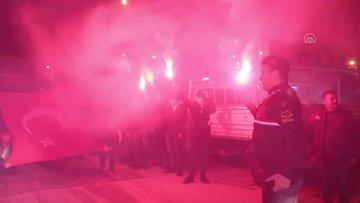 Kavga ihbarına gelen jandarmalara meşale ve bayrak sürprizi