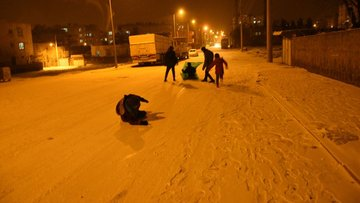 Kar yağışını gören Diyarbakırlılar kar topu oynayarak eğlendiler