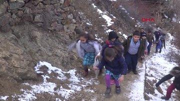 Okula 384 basamaklı merdivenle ulaşıyorlar