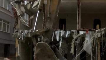 Bahçelievler'de 43 yıllık ağır hasarlı Gonca Apartmanı yıkılıyor