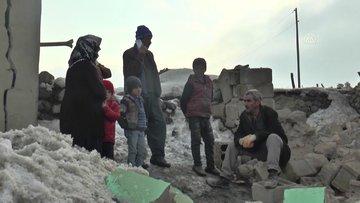 Van'da yıkılan evinin enkazından eşi ve 2 çocuğunu kurtardı