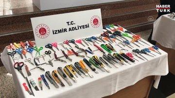 İzmir Adliyesinde aramalarda ele geçirilen suç aletleri sergileniyor