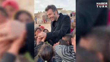 Habertürk yazarı Mehmet Akif Ersoy İdlib'deki kamptan ayrılırken çocuklarla hatıra fotoğrafı çekildi