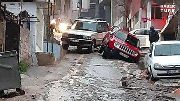 Yağmur sebebiyle asfalt göçtü, araçlar çukura düştü
