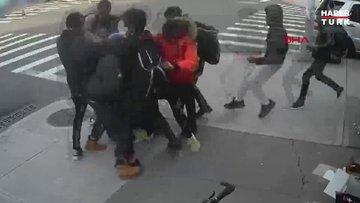 New York'ta 20 kişi bir genç kızı sokak ortasında dövdü