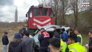 Tren, hafif ticari araca çarptı: 2 ölü, 2 yaralı!