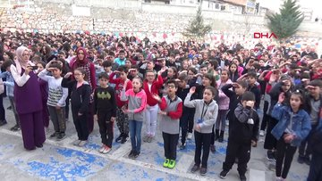 Bin öğrenci İstiklal Marşı'nı işaret diliyle okudu