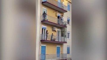 Karantinadaki İtalyanlar balkonlarda şarkı söylüyor