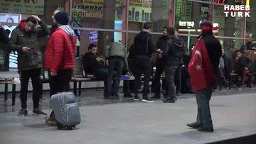 Koronavirüs nedeniyle evden çıkmayın çağrılarına rağmen Bursa'da asker uğurlaması için yüzlerce kişi şehirlerarası otobüs terminaline akın etti.