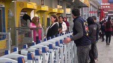 Polis, PTT önünde 'sosyal mesafe' için bariyer kurdu