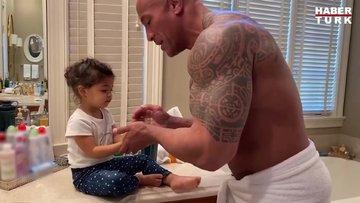 Dwayne Johnson kızına el yıkamayı öğretti