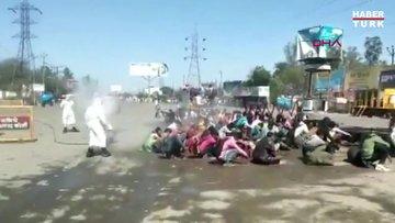 Hindistan'da göçmen işçilere koronavirüs zulmü Sokak ortasında hortumla dezenfekte