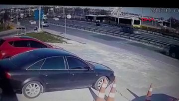 Metrobüs kazası güvenlik kamerasına yansıdı
