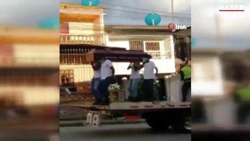 Kolombiya polisinden tabutla dans