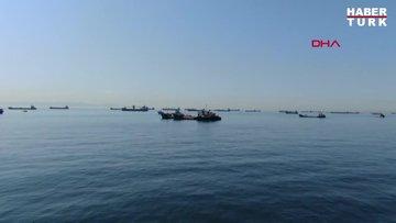 Zeytinburnu açıklarında onlarca gemi salgının bitmesini bekliyor