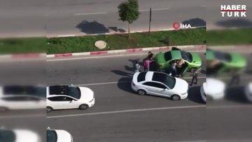 Trafikte tartıştığı kadınları sopayla böyle dövdü