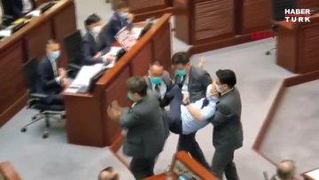Korona engelleyemedi: Hong Kong meclisinde arbede!