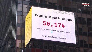 New York'ta Times Meydanı'na Kovid-19 ölümlerini sayan ve Trump'ı sorumlu tutan pano asıldı
