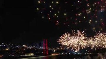 İstanbul Boğazı'nda havai fişekli kutama