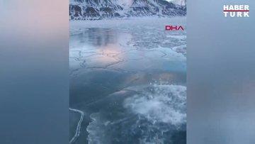 Arktik Okyanusu'ndaki buzullara aldırmadan şortuyla yüzüyor