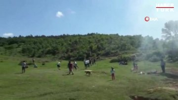 Kısıtlamaya rağmen ormanlık alanda mangal yakıp, futbol oynadılar