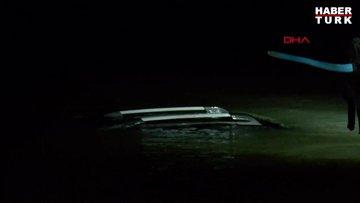 Samsun'da ırmağa düşen otomobilin üzerine çıkan 2 kişi kayık yardımıyla kurtarıldı