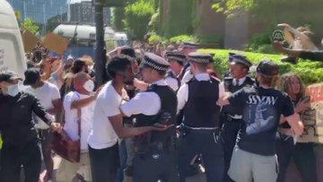 ABDnin Londra Büyükelçiliği binasına girmek isteyen göstericileri polis engelledi