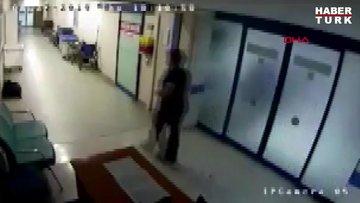 Hastane koridorunda bisiklet süren doktor kamerada