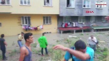 Esenyurt'ta binaları su bastı; bodrum katlarda arama yapılıyor