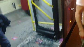"""İstanbul'da """"geç geldi"""" diye otobüsün camını kırdılar"""
