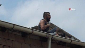 Çatılarda gezen sabıkalı şahıs ortalığı birbirine kattı... Köpeği rehin alıp fırlattı kalbine bıçak dayadı