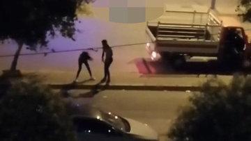 Sokak ortasında genç kızı darbetti