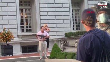 ABD'de protestoculardan rahatsız olan avukat çift göstericilere silah çekti