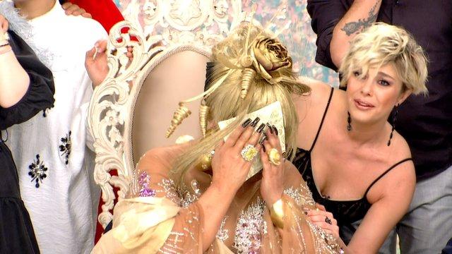 Diva gözyaşlarını tutamadı!