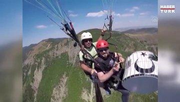 Yamaç paraşütüyle uçarken davul çaldı