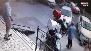 Sultangazi'de sokak ortasında babasını dövdü