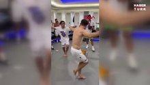 Trabzonsporlu futbolcular soyunma odasında şampiyonluğu kutladı