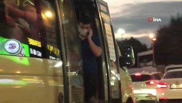 Tıka basa dolu minibüs yoluna kapıları açık devam etti
