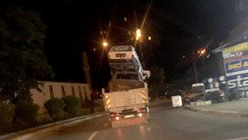 Erzurum'da 2 otomobil yüklü kamyonet yolda tehlike saçtı