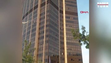 Fransa'da bir kişi 58 katlı gökdelene ekipmansız tırmandı