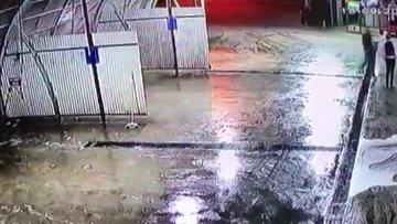 Dövüldükten sonra araçtan atıldı, başka bir araç çarptı Darp anları kamerada