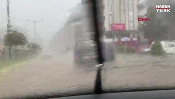 Rize'de etkili sağanak; yollar göle döndü, heyelanda 1 ev hasar gördü