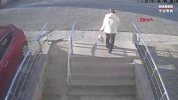 Annenin yeni doğmuş bebeğini poşetin içinde çöpe atmaya götürme anları kamerada