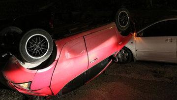 Otomobil takla atarak sokağa düştü, kaza anı kameraya yansıdı