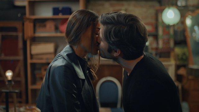 Ömer, Rüya'yı öpüyor!