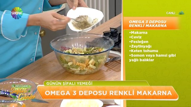Omega 3 deposu renkli makarna ve yardımcı salata